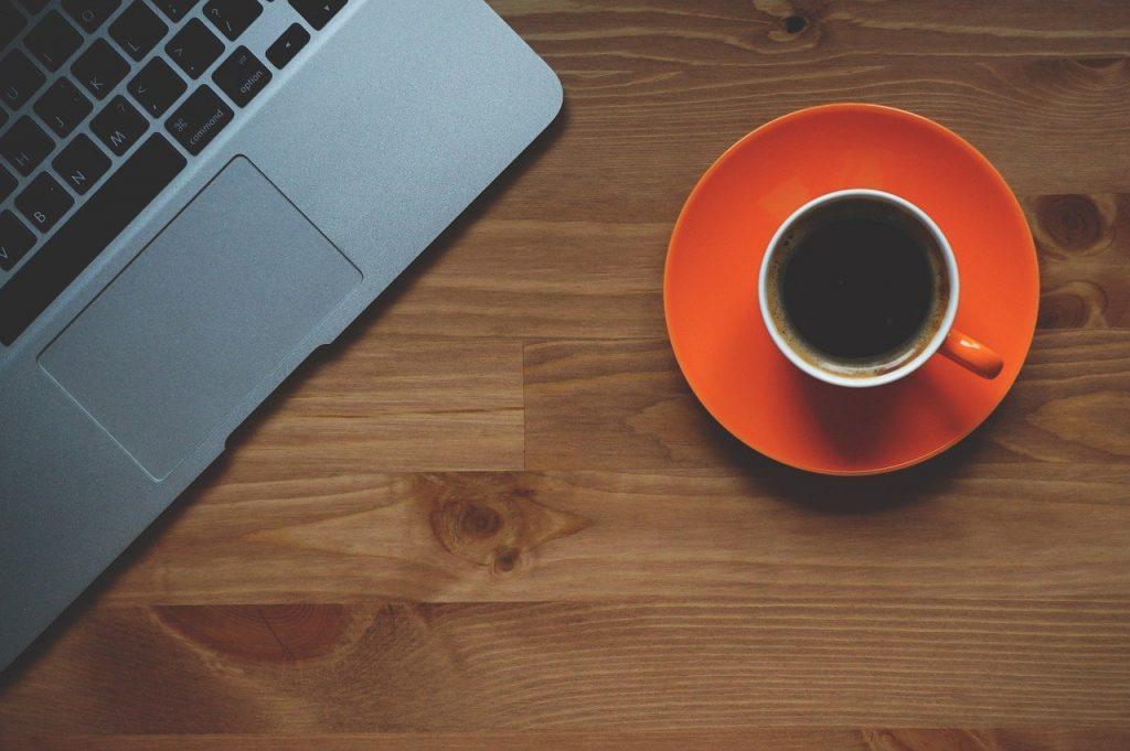 tasse de café, ordinateur portable, bureau